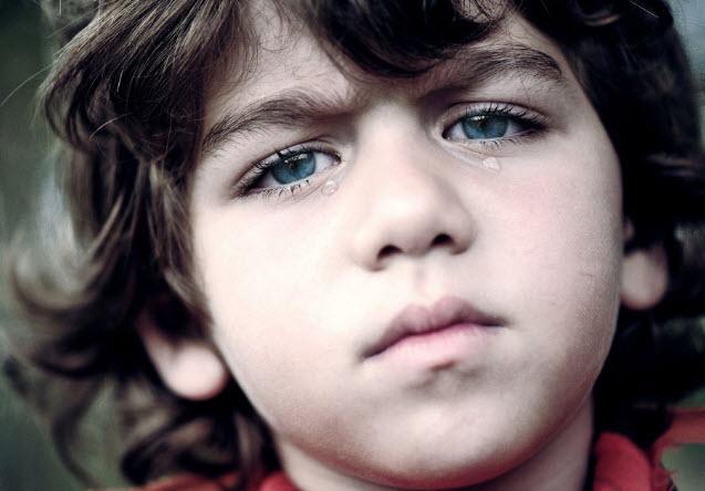 孩子如何表达悲痛?和成年人一样,基于多种因素(如文化、年龄和性格特征),孩子表达悲痛的方式也是大不相同的。孩子对于悲痛的反应通常是断断续续的,但是也可能持续很长一段时间。对于悲痛的常见反应包括哭泣、愤怒、悲伤,出现像腹痛、头痛、食欲不佳、暂时性失眠以及行为改变等症状。如果这些症状持续很长时间,或是孩子表现得很抑郁、持续不开心,或是不和他人交往的话,就需要寻求专业人士的帮助了。其他应该引起家长关心的症状包括孩子学校表现不佳、饮食不规律或是出现了不良行为。悲痛的感觉会在重要的具有里程碑意义的时间再次出现,如
